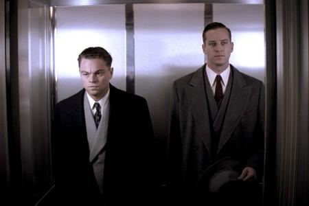J. Edgar Hoover (Leonardo di Caprio) und Clyde Tolson (Armie Hammer) im Fahrstuhl.