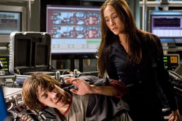 """Filmszene """"Stirb langsam 4.0"""": der junge Hacker Matthew Farrell wird von der Gangsterin bedroht."""