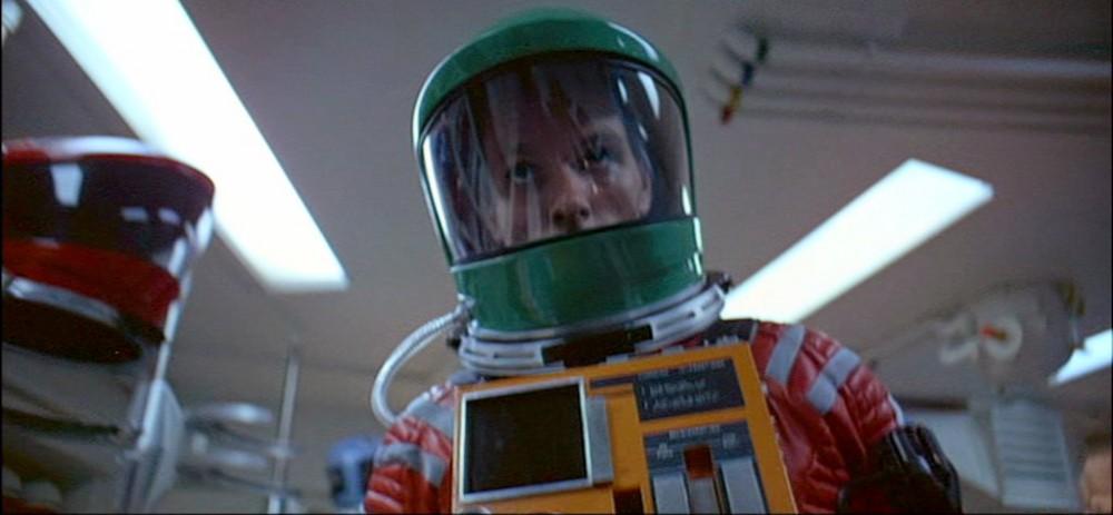 """Screenshot """"2001 – Odyssee im Weltraum"""": Der grüne Helm wirft viele Fragen auf"""