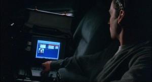 """Screenshot """"The Net"""": Jack Devlin manipuliert die Daten von Ruth Marx mühelos vom Auto aus."""