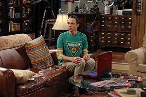 Sheldon Cooper kann in seinem eigenen Raum nur auf einem Platz sitzen.